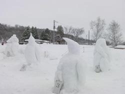 「ペンギン雪像作りコンテスト」の審査