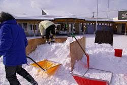 旭山動物園内での雪像作り
